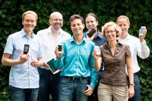 pixolus Team mit Smartphones