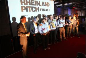 Erste Platz für das ShopCo Team bei der Siegerehrung des Rheinland Pitch 2015 in Düssel-dorf. FOTO: ShopCo