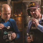 TRY FOODS v.l. Jörn Gutowski & Robert Stock (Eigentümer Tres Cabezas) beim Kaffee Cupping in der Rösterei/Ladengeschäft von Tres Cabezeas in Berlin/Friedrichshain (Foto: Ole Schwarz)