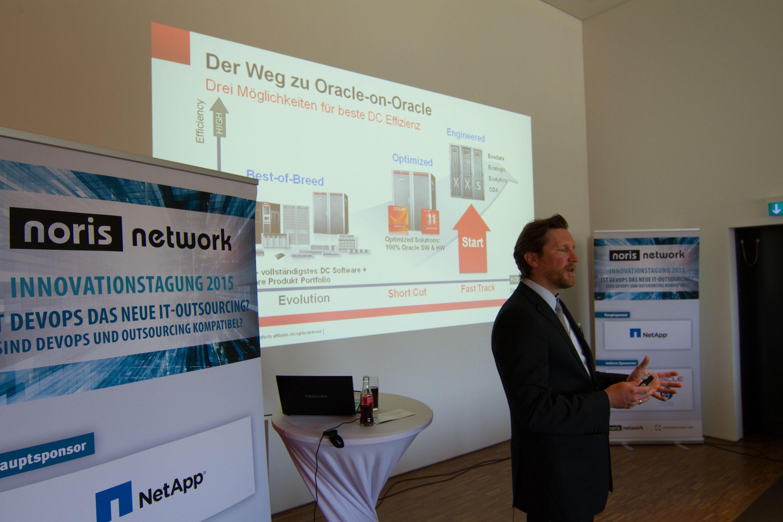 """Titel der Innovationstagung von noris network: """"Ist DevOps das neue IT-Outsourcing? – Sind DevOps und Outsourcing kompatibel?"""" Bildquelle: noris network"""