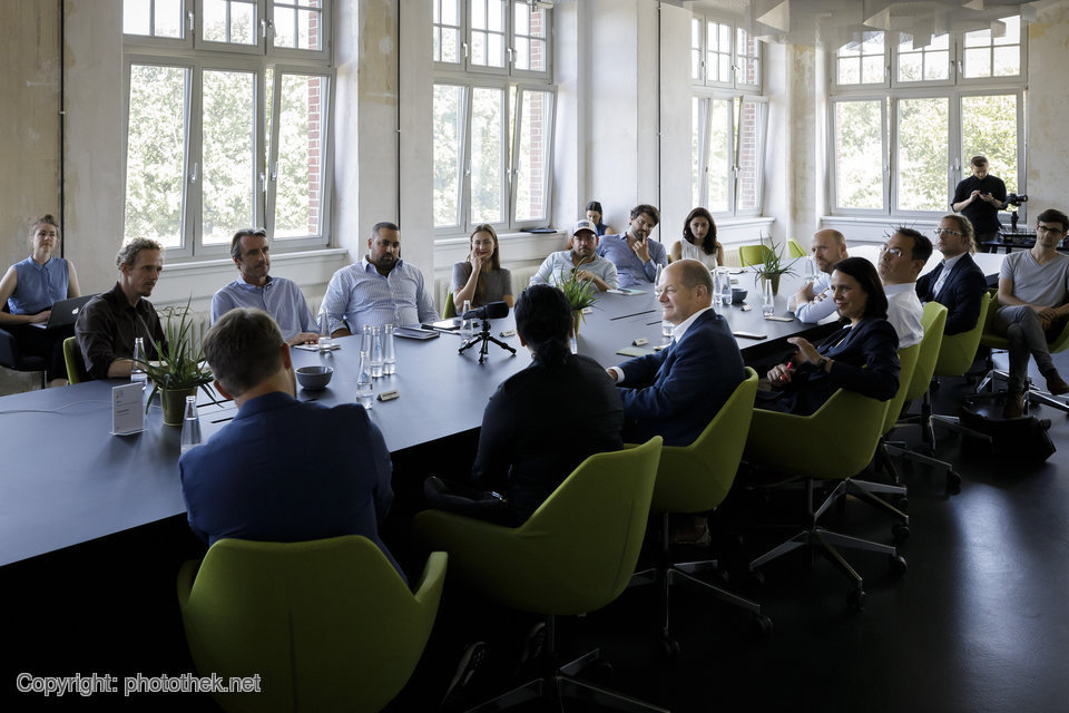 Olaf Scholz im Gespräch mit Gründerinnen und Gründern in der Factory Berlin